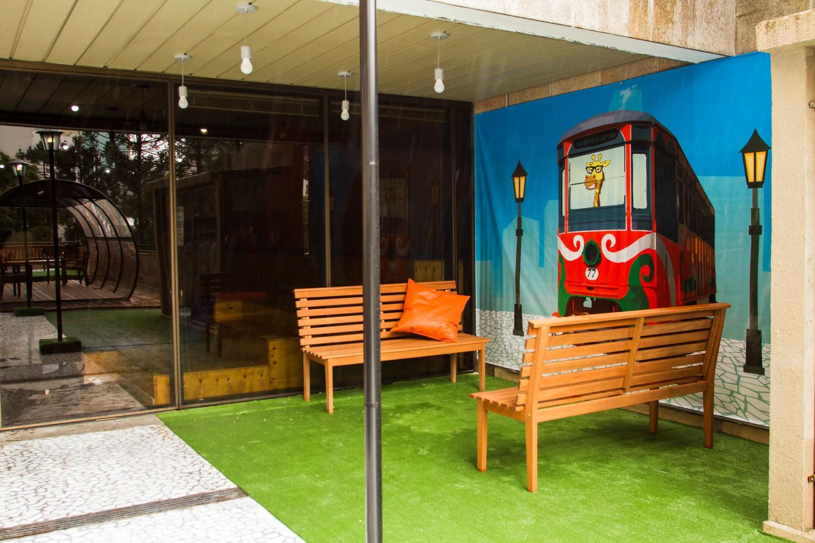 O bondinho, os bancos e o petit-pavé da Rua XV de Novembro foram contemplados no projeto. Foto: Ana Gabriella Amorim / Gazeta do Povo