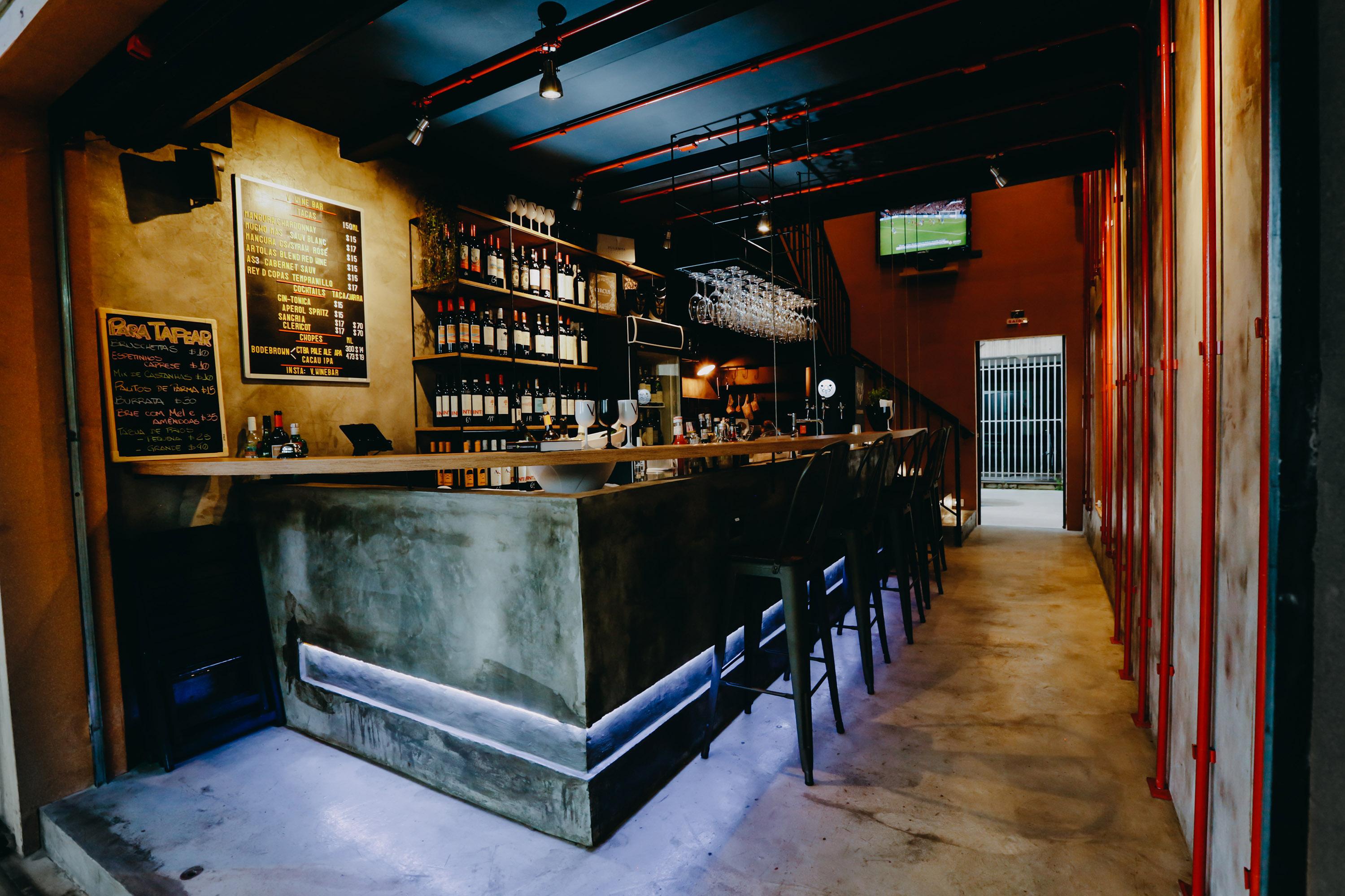 Adegas medievais inspiram projeto de novo wine bar em Curitiba