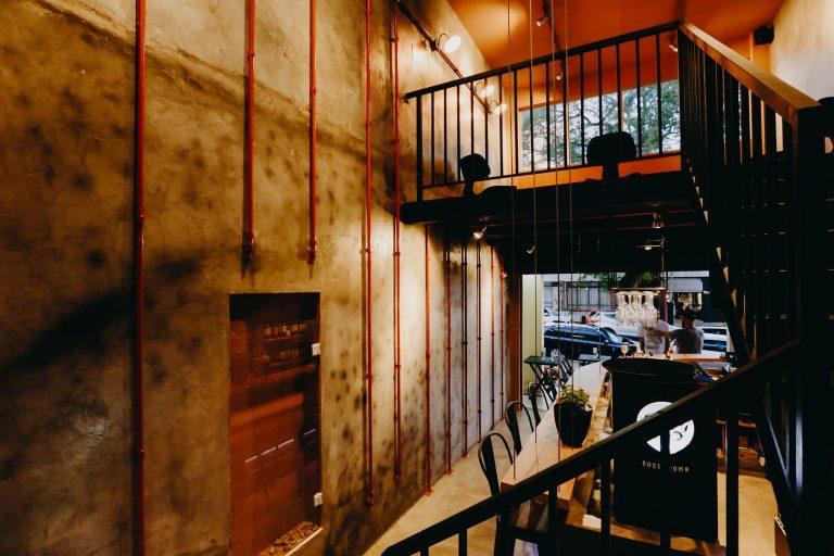 A decoração do Wine Bar V. tem inspiração em adegas medievais e abusa do cimento queimado natural e outros materiais com toque rústico. Fotos: Cristiane Dessoy/Divulgação