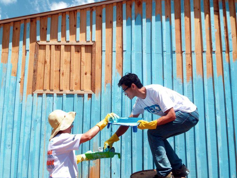 Pintura das casas na comunidade A Favorita, em Araucária (PR). Foto: Flickr/Comunicação TETO PR