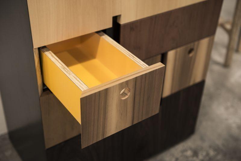 Detalhe da mobília que tem o interior amarelo. Foto: Leticia Akemi/Gazeta do Povo