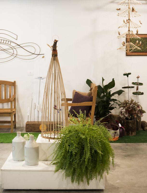 Há várias artes feitas em bambu por Paulo Assisna loja. Foto: Leticia Akemi/Gazeta do Povo