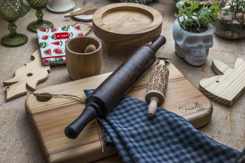 Há várias opções de itens em madeira na loja. Foto: Leticia Akemi/Gazeta do Povo