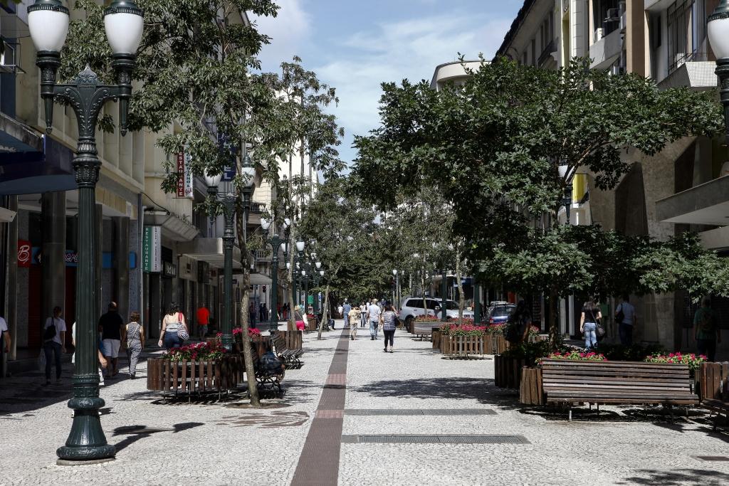 Fechamento da Rua XV de Novembro para carros foi uma das primeiras realizações de Lerner enquanto prefeito de Curitiba. Foto: André Rodrigues / Gazeta do Povo