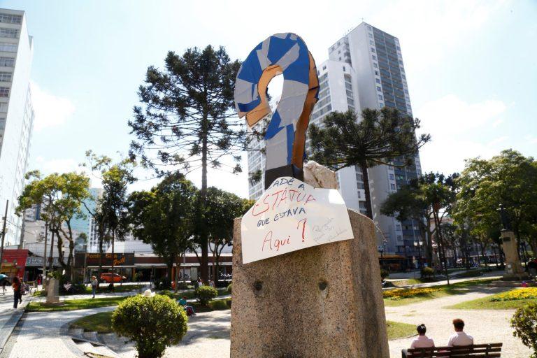 Intervenção em busto retirado na Praça Santos Andrade questionando a retirada do monumento. Foto: Aniele Nascimento / Gazeta do Povo