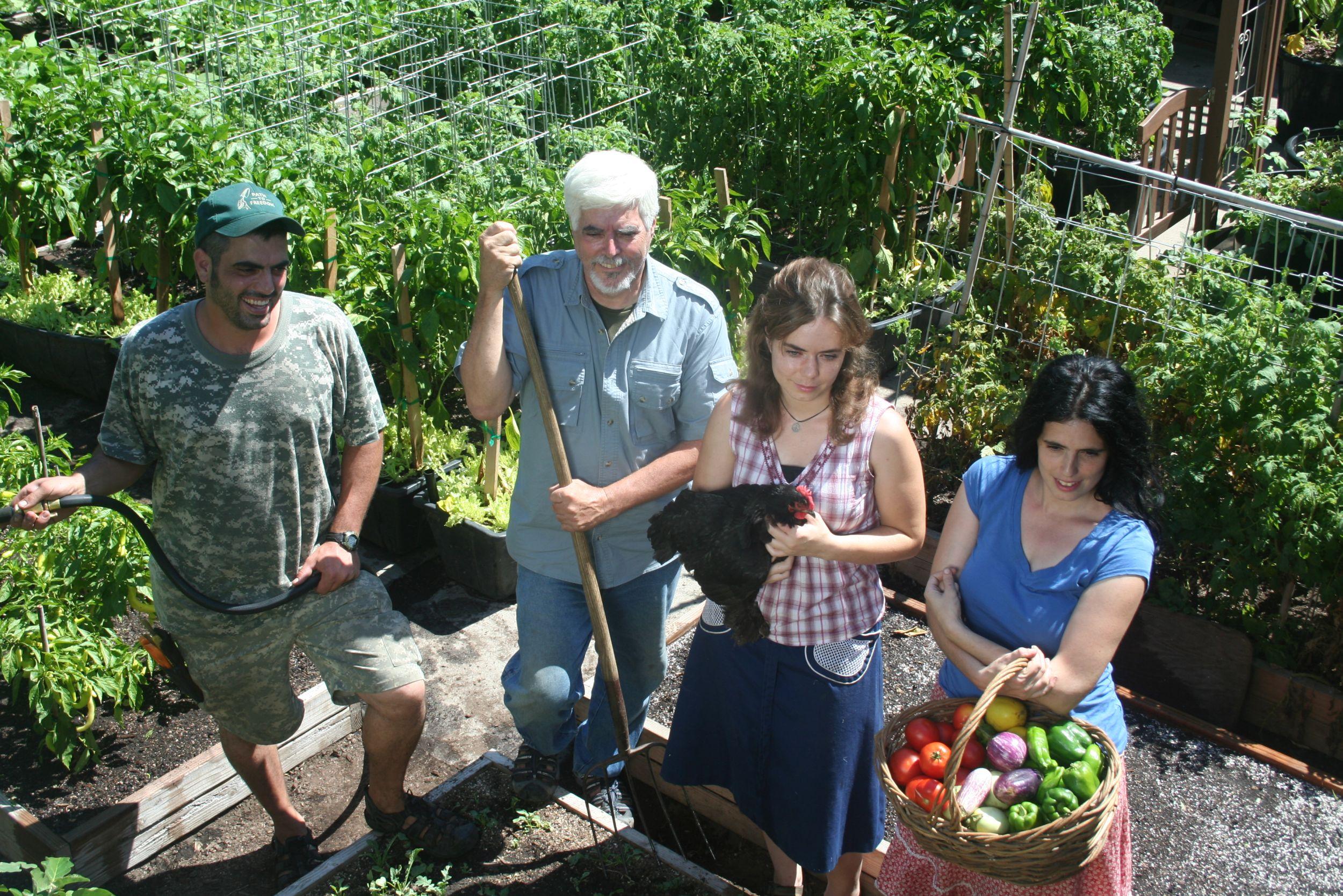 Família Dervaes planta e colhe o próprio alimento em um terreno de 370 m² na Califórnia, Estados Unidos.  Foto: The Urban Homesteaders / Divulgação