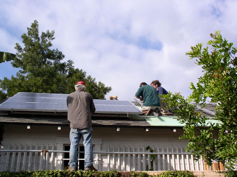 Instalação de painéis solares para geração de energia.  Foto: The Urban Homesteaders / Divulgação