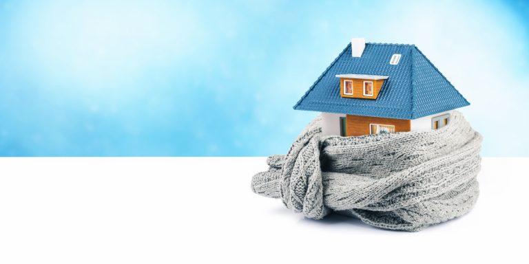 Medidas simples e baratas, como usar cortinas mais grossas e deixar mantas na cama, ajudam a deixar os ambientes mais quentinhos.  Foto: Bigstock