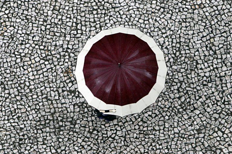 As calçadas de mosaico português ou petit-pavé, presentes em Portugal e vários outros países, são marca registrada do centro de Curitiba. Foto: Albari Rosa/Gazeta do Povo