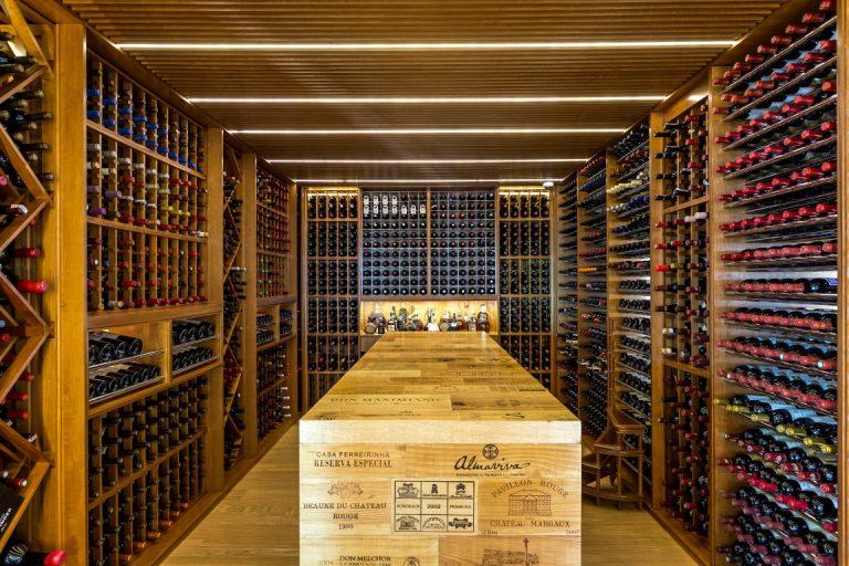 Espaço para mais de 1,3 mil garrafas fica entre o living e a sala de jantar, em projeto de um apartamento no Ecoville desenvolvido pela arquiteta Priscilla Müller. Foto: Eduardo Macarios/Divulgação