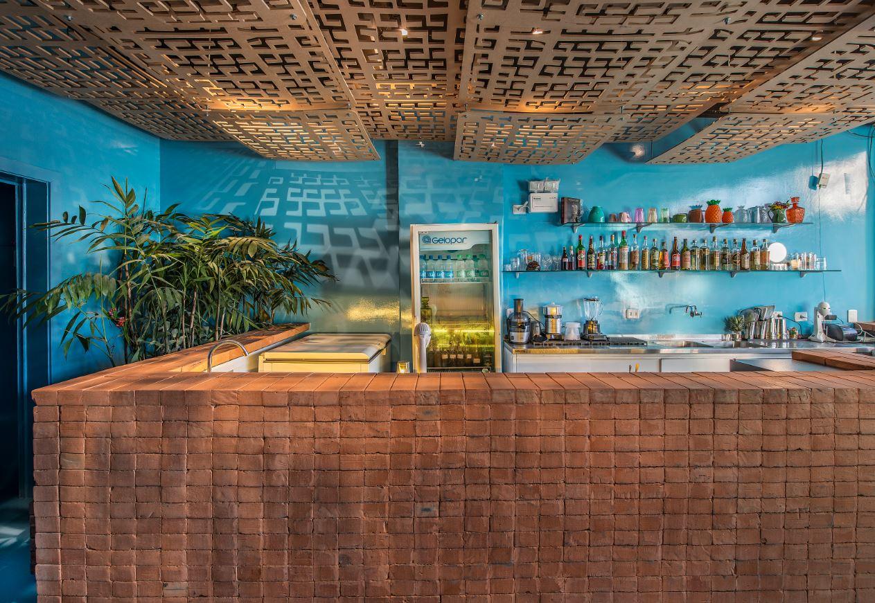 A iluminação chama a atenção dos frequentadores porque pinta as paredes e os próprios clientes com motivos de dança da tribo dos Karajás, que foram usados no teto. Foto: Leticia Akemi/Gazeta do Povo