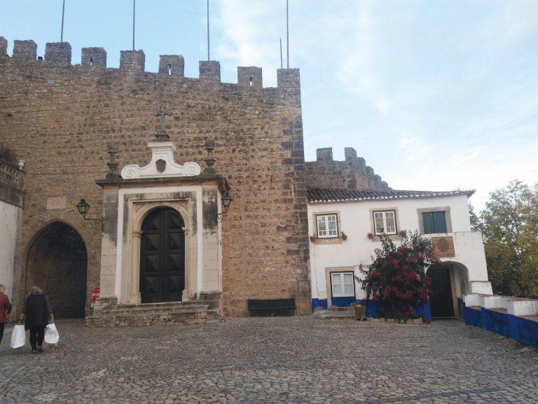 Óbidos, em Portugal, é uma das cidades europeias que foram definidas também pelas muralhas e portas. Foto: Marialba RG Imaguire/Acervo pessoal