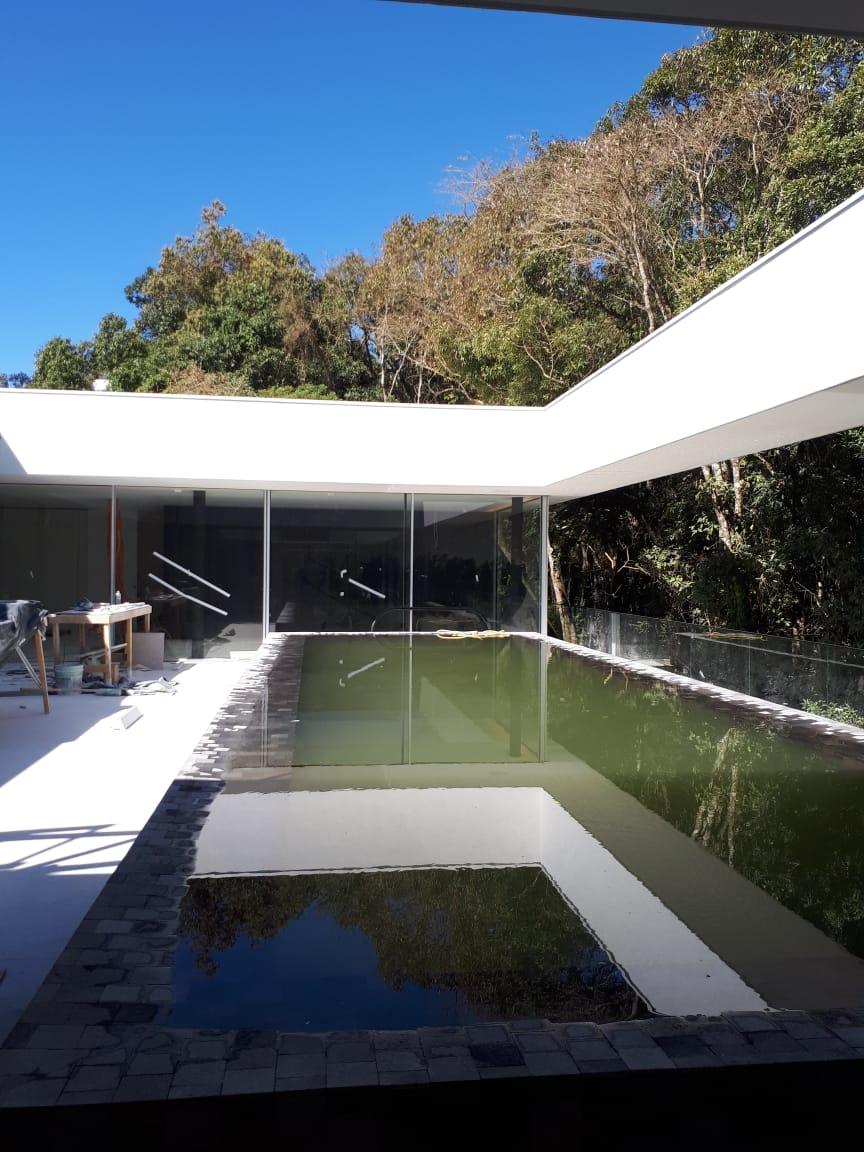 Mansão suspensa em Curitiba tem bosque metálico e jardim deslumbrante