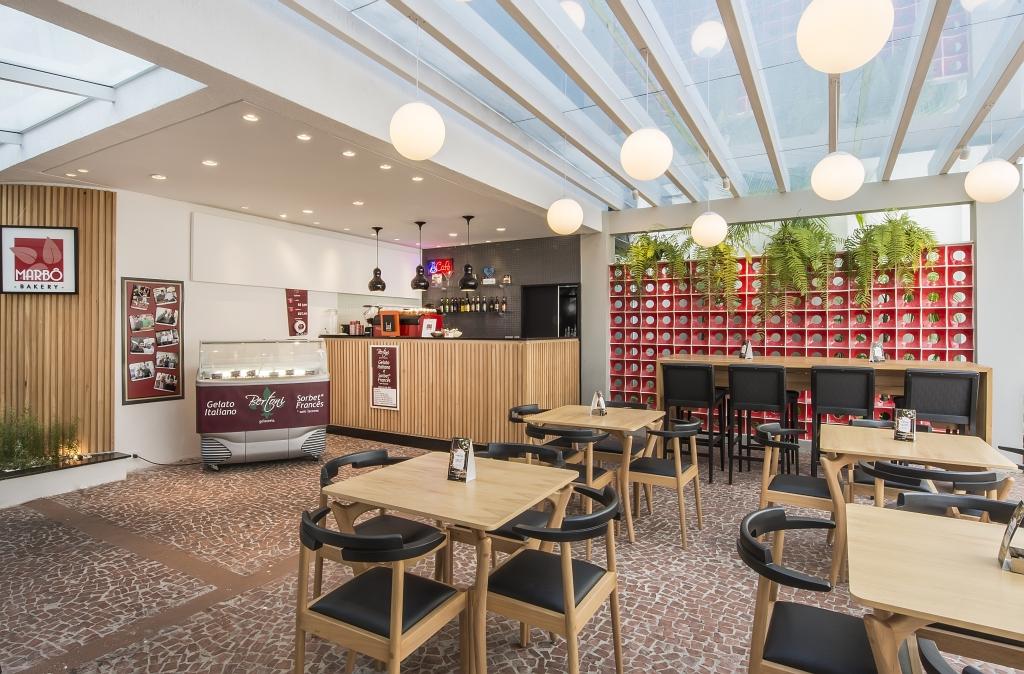 Na foto o chef Marcos Bortolozo e áreas internas e externas do Marbô Bakery. Restaurante, padaria, cheese cake, torta de chocolate, hambúrguer.