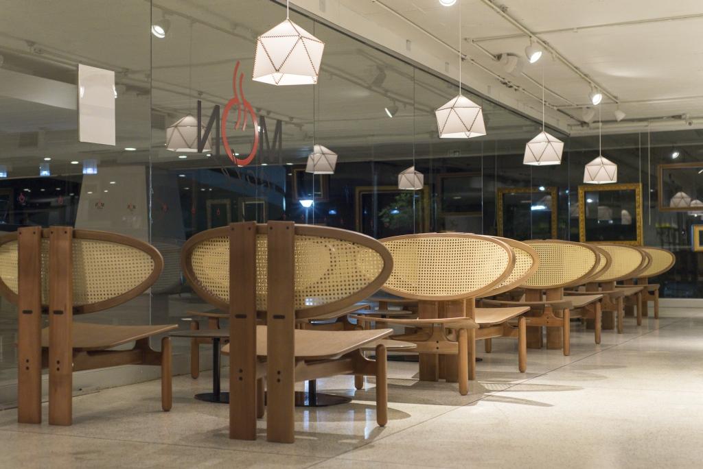 Fotos do ambiente reformado do café do Museu Oscar Niemeyer para a Revista HAUS. Local: Museu Oscar Niemeyer. Rua Mal. Hermes, 999.