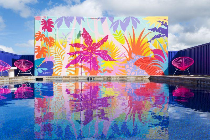 Hotel boutique no Havaí ganha vida com cores vibrantes e referências à natureza