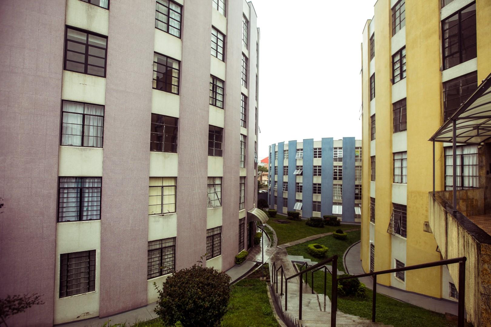 Cores e formato do condomínio chamam atenção de quem passa nas imediações. Foto: André Rodrigues / Gazeta do Povo