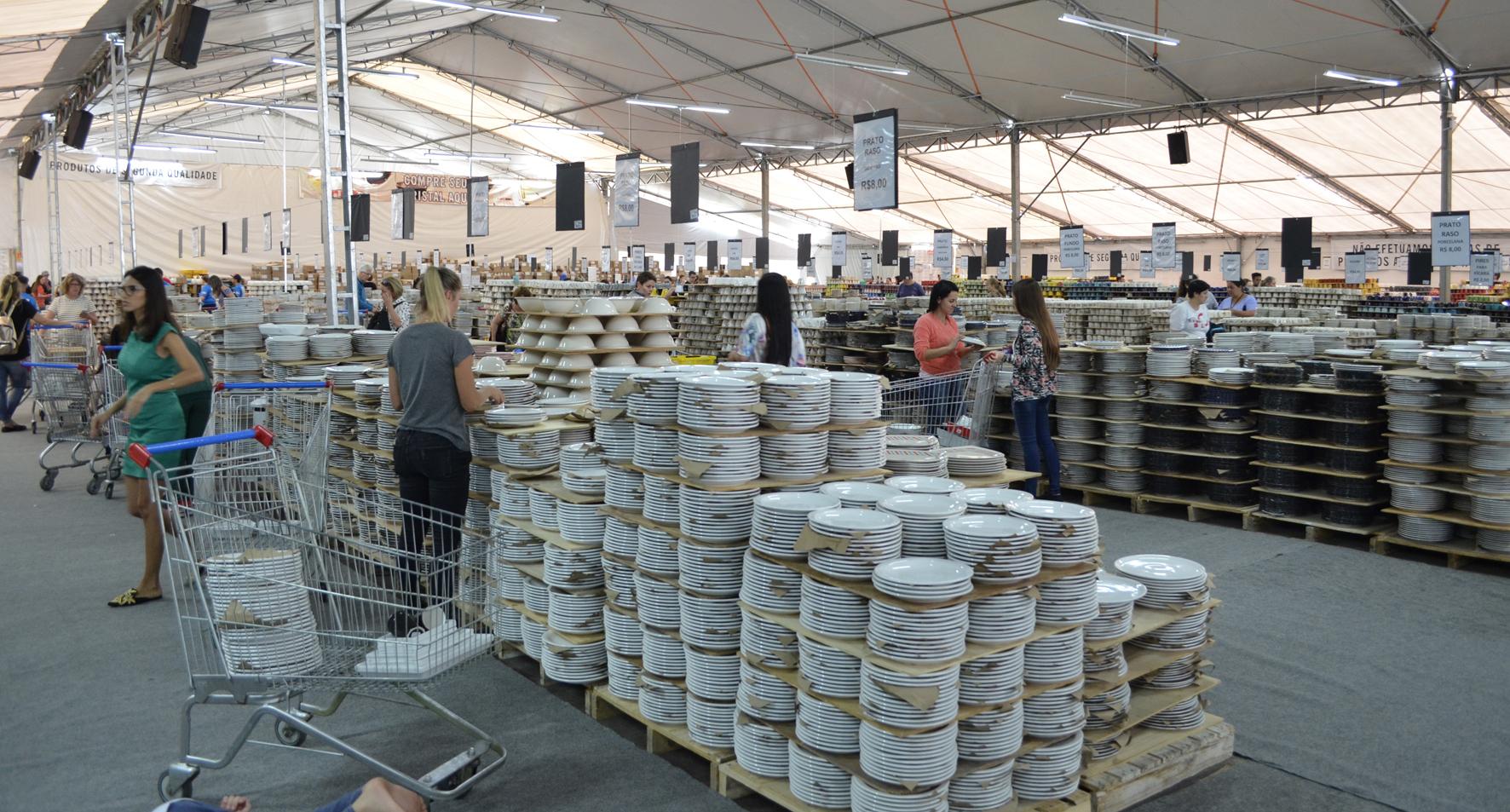 Pratos, xícaras, taças, entre outros itens compõe o evento que faz venda direta aos clientes. Foto: Divulgação