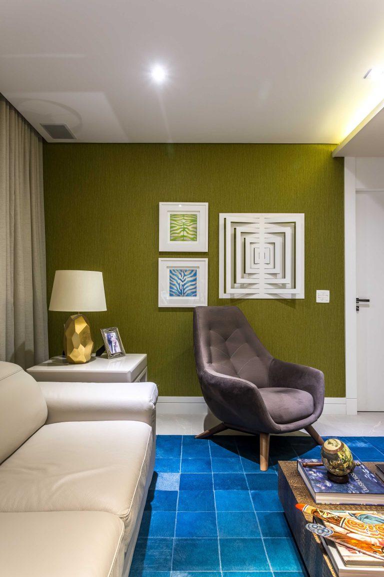 Cuidados com tapetes coloridos envolvem evitar contato direto com luz solar. Projeto dos arquitetos Sergio Valliatti Jr e Luciana Patrão. Foto por Eduardo Macarios