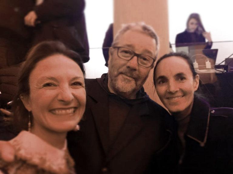 Daniela Busarello (insta : @danisbusa) com o designer Philippe Starck e Dorothée Boissier, organizadora do prêmio.