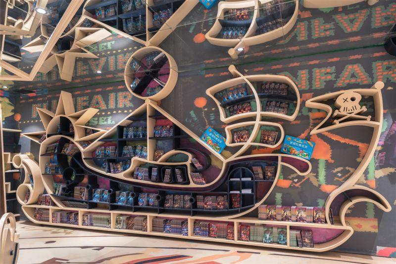 Livraria chinesa usa espelhos no teto para criar ambientes além da imaginação