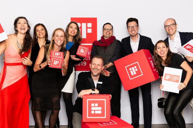 Designers brasileiros marcaram presença na entrega do iF Design Awards em Munique.  Da esquerda para a direita: Paula Langie, Bruna Albuquerque, Letícia Castro (diretora do CBD), Valkiria Pedri. O diretor de projetos do iF Frank Zierenberg (agachado), Daniel Kroker, Bruno Camargo, Gustavo Giorgi e Elisa Tramontina.  Foto:  Verena Vötter / iF Design Awards / Divulgação