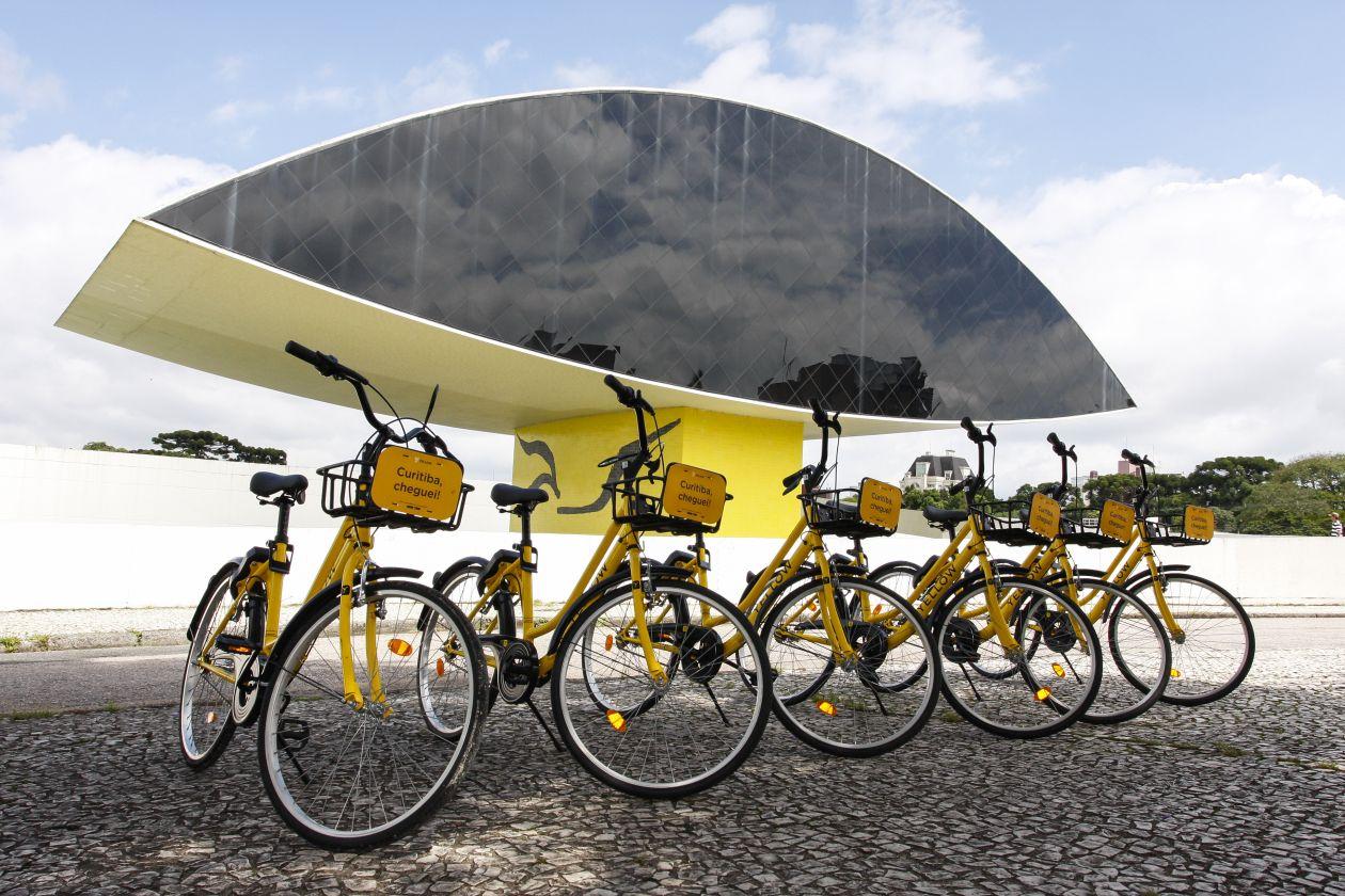 A Yellow, empresa brasileira de soluções de mobilidade urbana individual, passa a oferecer o serviço de compartilhamento de bicicletas no sistema dockless (sem estação para retirada e devolução) e patinetes elétricos em Curitiba, disponíveis em regiões da cidade como a do Museu Oscar Niemeyer (MON). Foto: Cassiano Rosario/Gazeta do Povo