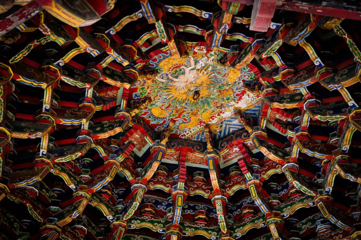 Templo de Lukang Longshan, em Taiwan, inclui murais pintados, esculturas em madeira e o maior teto de madeira do país. Foto: divulgação/Google