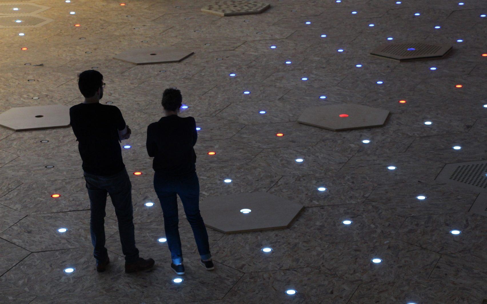 A Dynamic Street traz módulos hexagonais encaixados, permitindo que tenham diferentes usos durante o dia, de acordo com a necessidade do espaço público. Foto: Divulgação