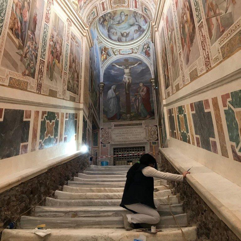 Segunda a tradição católica, a escada de mármore foi a que Jesus  subiu durante julgamento de Pilatos. Foto: Elisabetta Povoledo/The New York Times