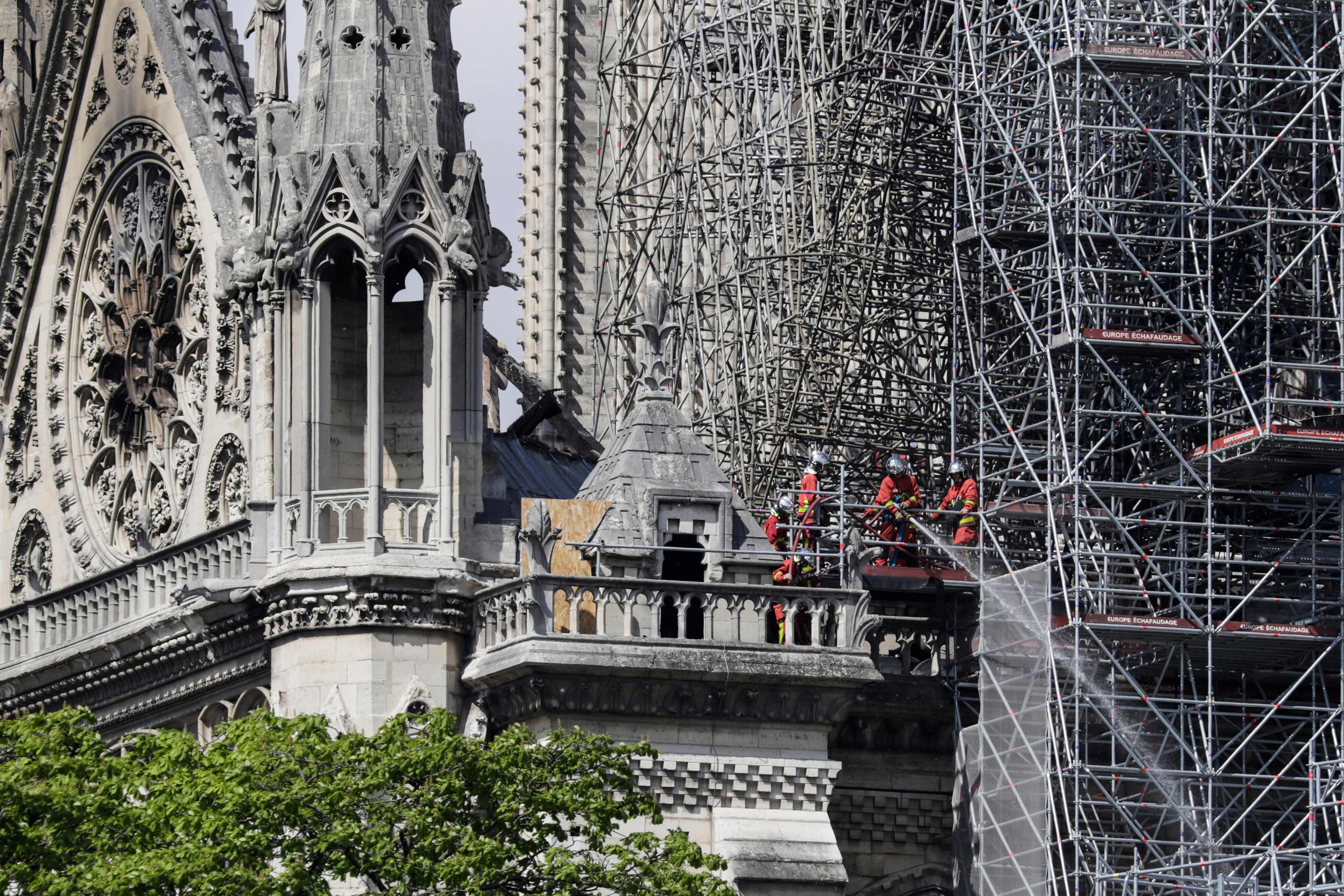 Bombeiros trabalham para extinguir fogo na Notre-Dame. Foto: Thomas Samson / AFP