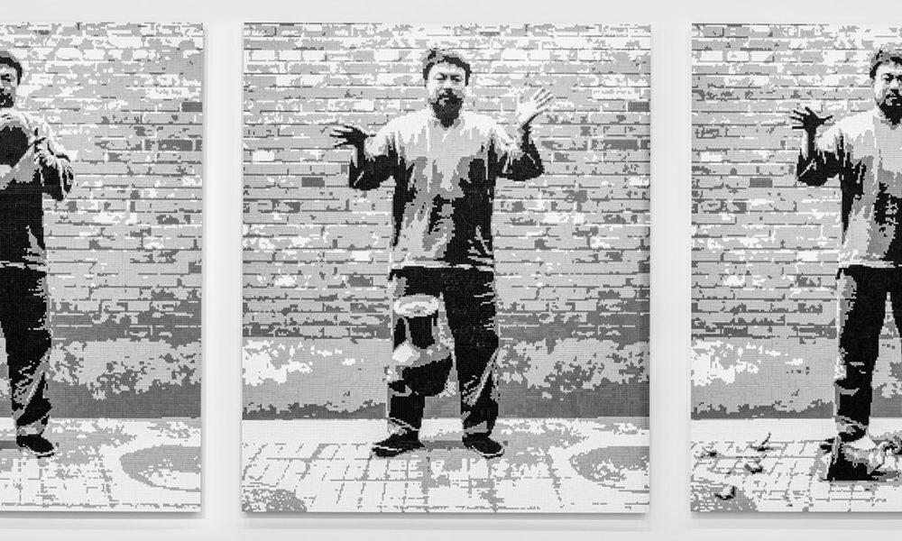 """Na obra """"Deixando cair uma urna da Dinastia Han"""", Weiwei recriou em Lego as imagens de quando efetivamente quebrou uma urna, relembrando a Revolução Cultural e registrando o momento em três fotos. A ideia de usar Lego é que todas as milhares de peças são iguais umas às outras. Foto: divulgação"""