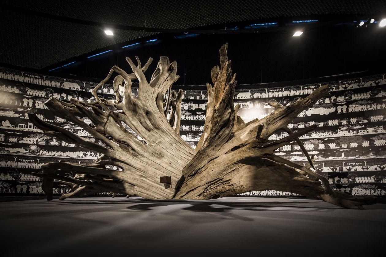 As raízes literalmente integram a mostra. Elas foram uma saída do artista para criar obras que unem os contextos culturais chineses e brasileiros. Elas foram elaboradas em Trancoso (BA), baseadas em raízes e troncos nativos que estavam expostos na terra como remanescentes do desmatamento e causas naturais. Foto: Letícia Akemi/Gazeta do Povo