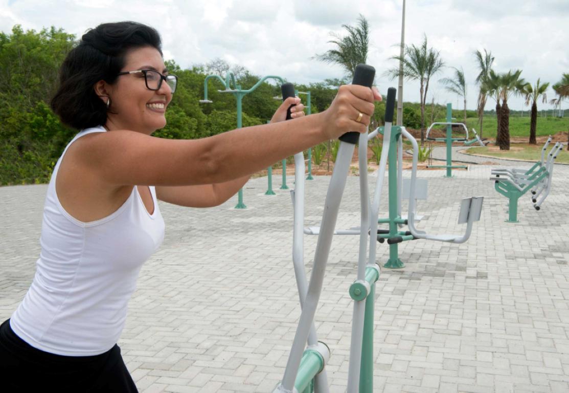 Conheça o casal brasileiro que mora sozinho na 1ª smart city social do mundo