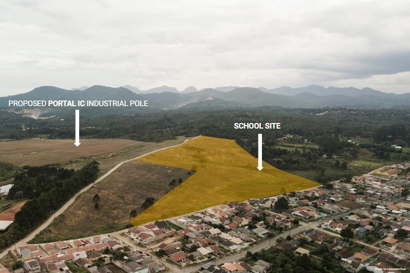 O projeto da escola foi desenvolvido em um terreno de Piraquara que será voltado a galpões industriais. Por isso, a área escolhida é a mais próxima da comunidade. A rua principal seria estendida até a entrada da escola, facilitando relações urbanas. Foto: divulgação