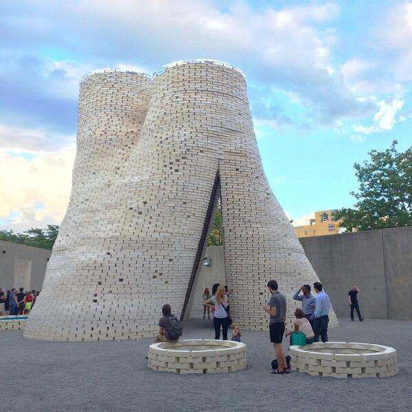 Torre de tijolos orgânicos Hy-Fi, inaugurada no MoMA PS1 em 2014. Foto: divulgação/Inhabitat