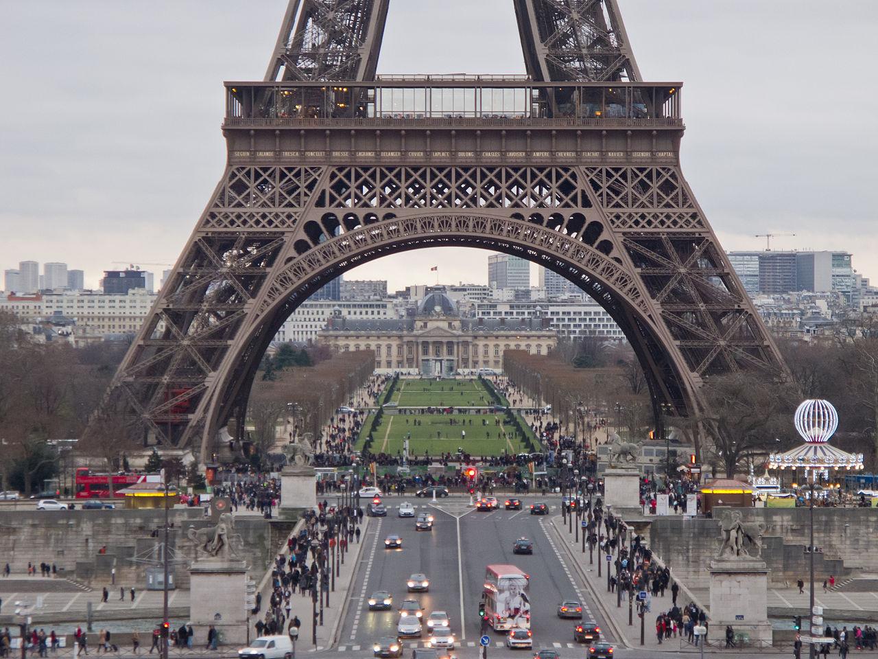 Vista atual da Pont d'Iéna, Torre Eiffel e Champs de Mars (ao fundo). Foto: Wikimedia Commons