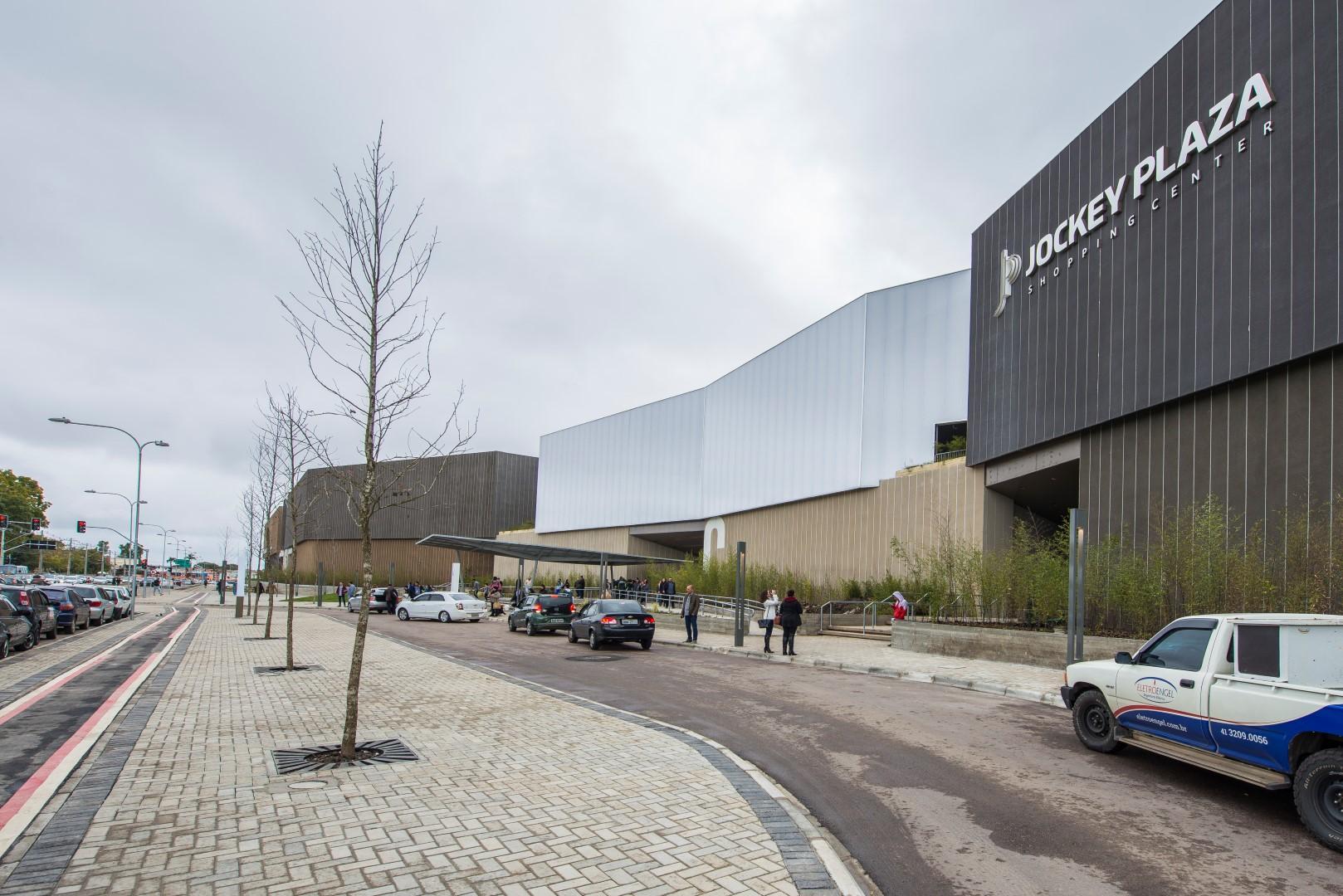 Fachada do Jockey Plaza Shopping equilibra materiais e elementos e evidencia a arquitetura contemporânea do espaço. Foto: Letícia Akemi / Gazeta do Povo