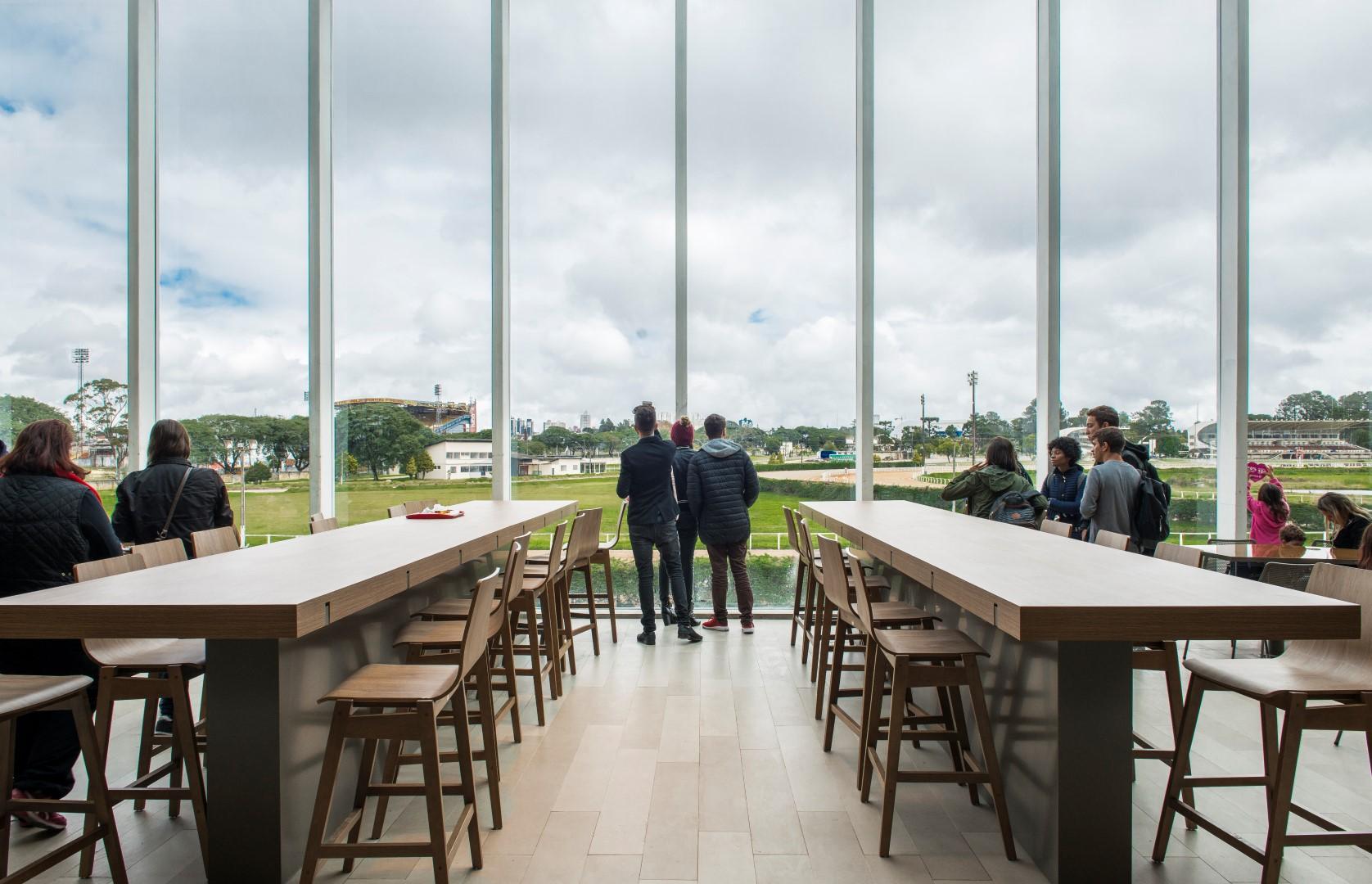 Grandes aberturas na praça de alimentação permitem a visualização do hipódromo do Jockey Club. Foto: Letícia Akemi / Gazeta do Povo