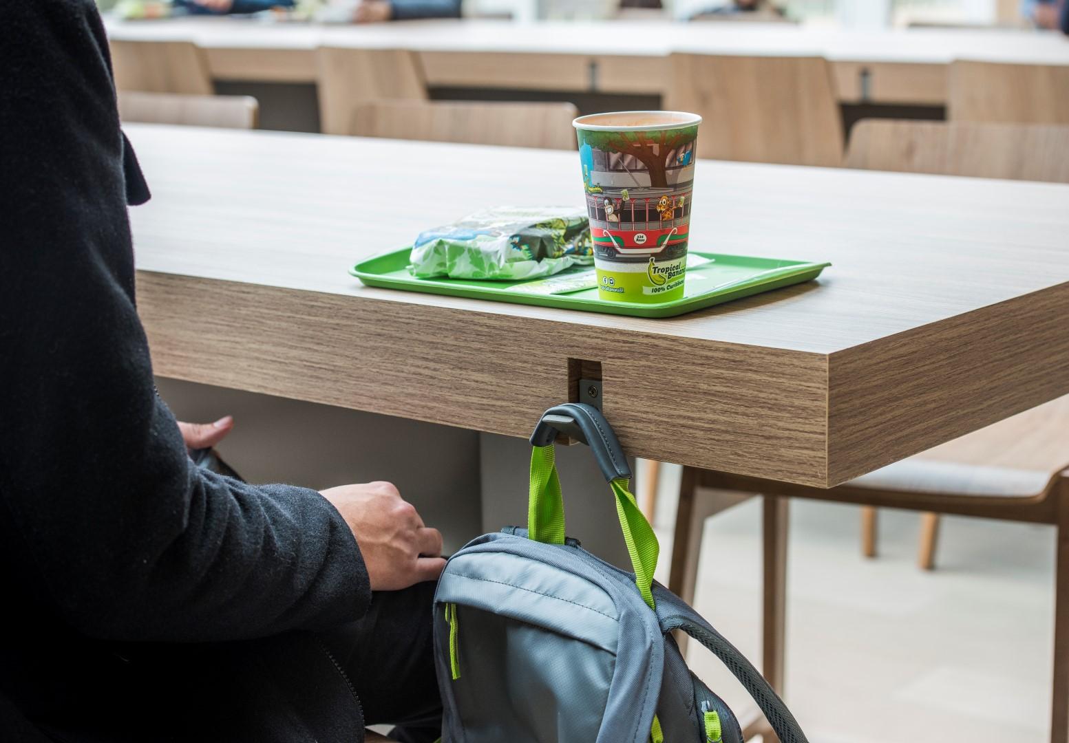 Detalhes do mobiliário na praça de alimentação. Foto: Letícia Akemi / Gazeta do Povo.