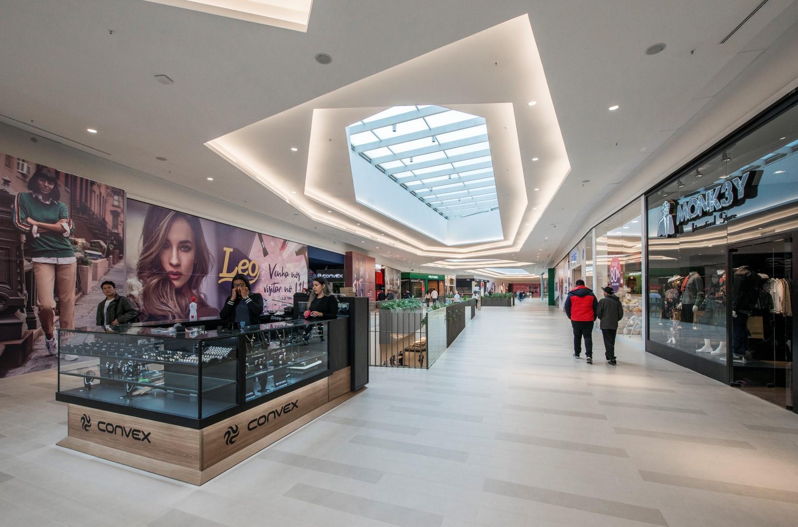 """Abundância de luz natural é conquistada com os """"rasgos"""" em toda a extensão do shopping. Foto: Letícia Akemi / Gazeta do Povo."""