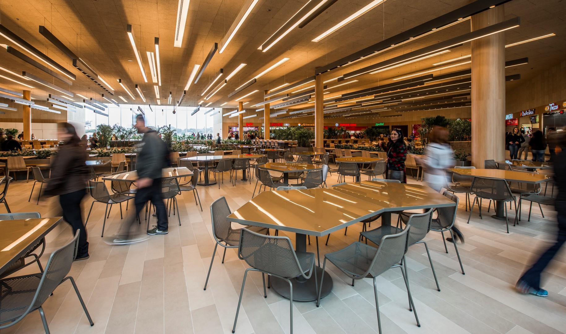 Mobiliário da área de alimentação tem design que busca favorecer a integração das pessoas. Foto: Letícia Akemi / Gazeta do Povo