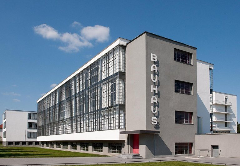 Clássico prédio da segunda sede de Bauhaus, em Dessau, na Alemanha. Foto: Reprodução/Bauhaus Dessau