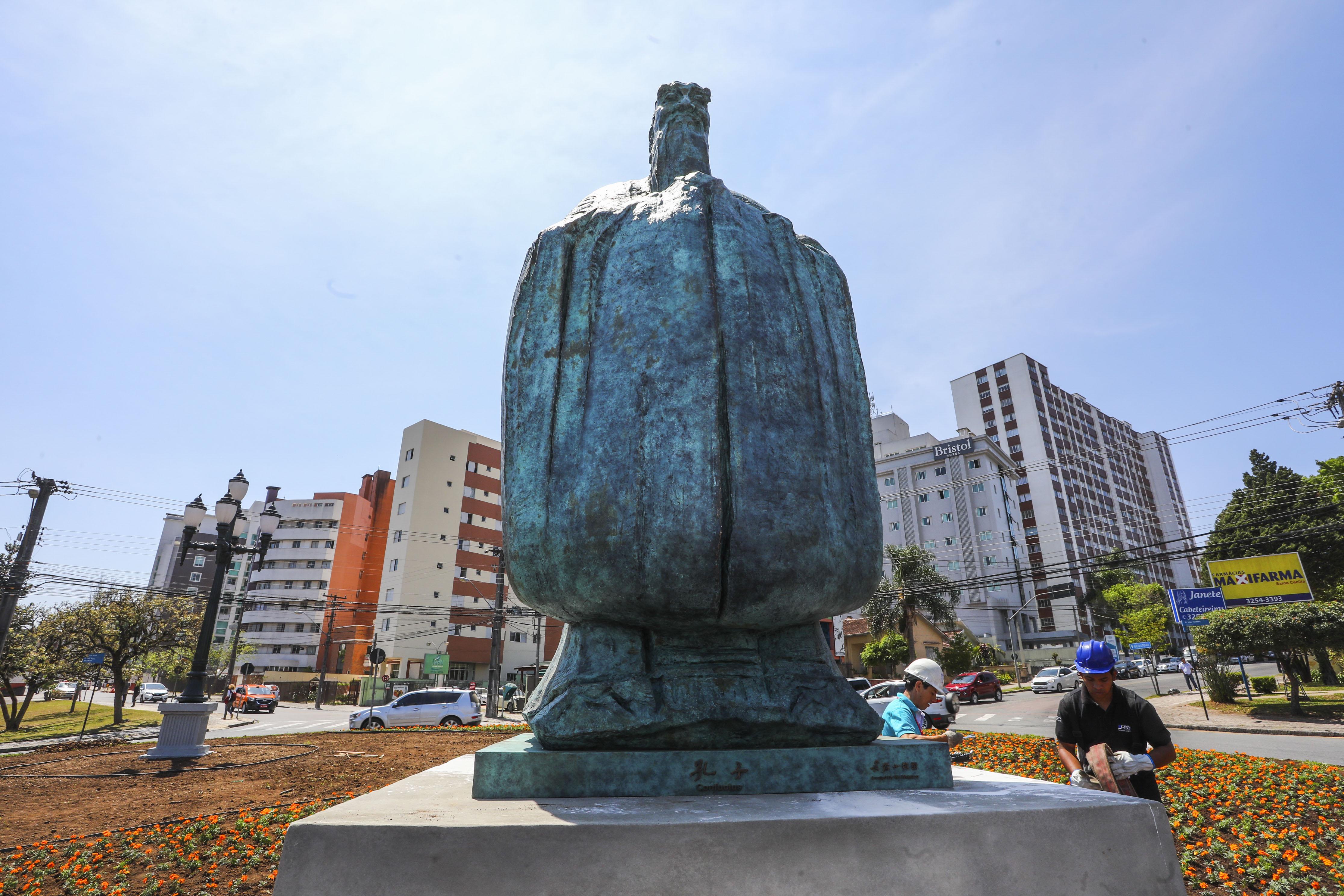 Estátua de Confúcio foi presente da Bienal de Curitiba em 2017. Foto: Daniel Castellano/SMCS