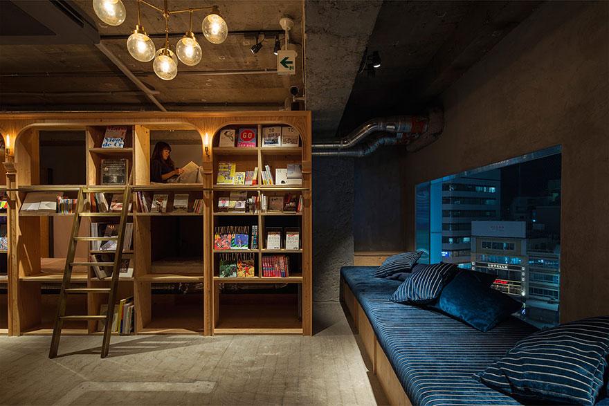 Hostel Book and Bed, em Tóquio, tem camas no interior das estantes de livros. Foto: reprodução/Book and Bed