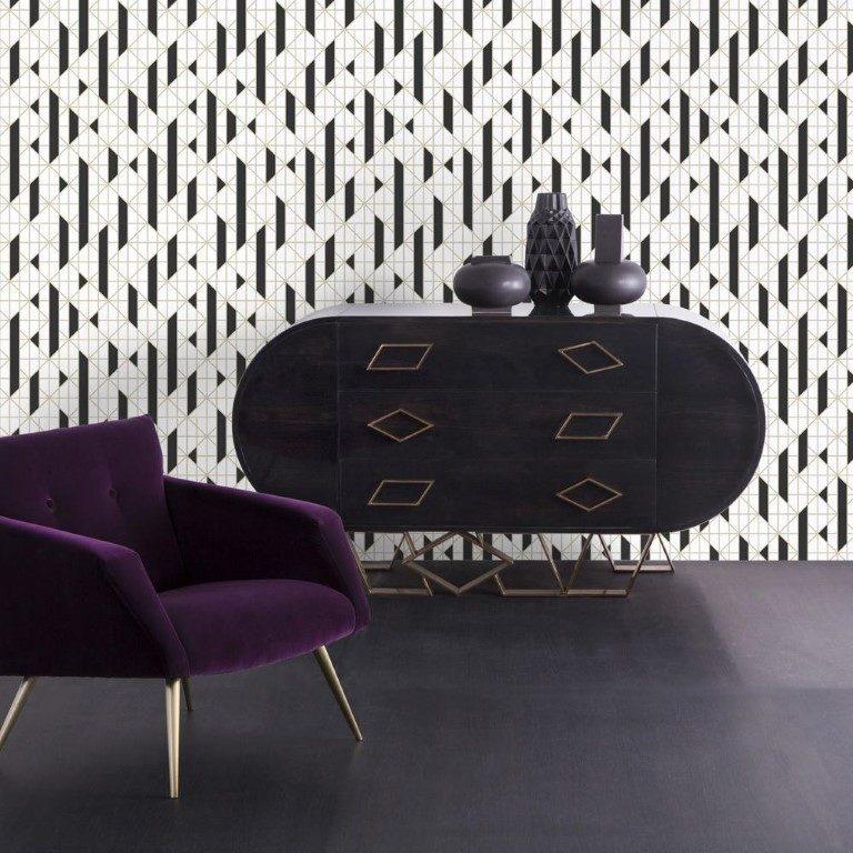 Papel de parede assinado pela britânica e sul-africana Kelly Hoppen, celebrada como uma das designers de interiores mais importantes do Reino Unido, com grafismo P&B e linhas metálicas. O rolo de 10 metros por 53 centímetros sai por R$ 480 na Sonia Holtz Decor. Foto: Divulgação