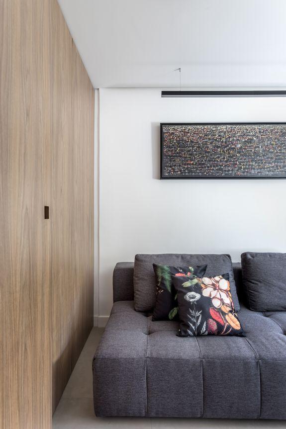 O sofá-cama foi usado para que o espaço também possa funcionar como quarto de hóspedes. Foto: Eduardo Macarios/divulgação