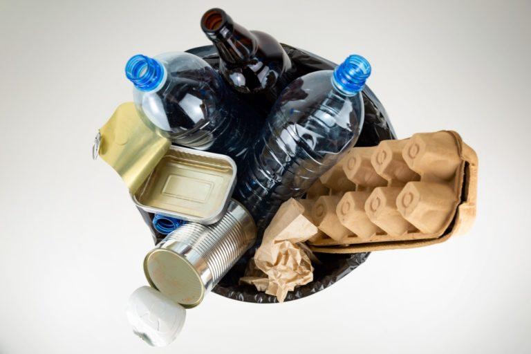 Conhecer o que se joga na lixeira é o único caminho para aumentar a consciência sobre reciclagem. Foto: Bigstock.