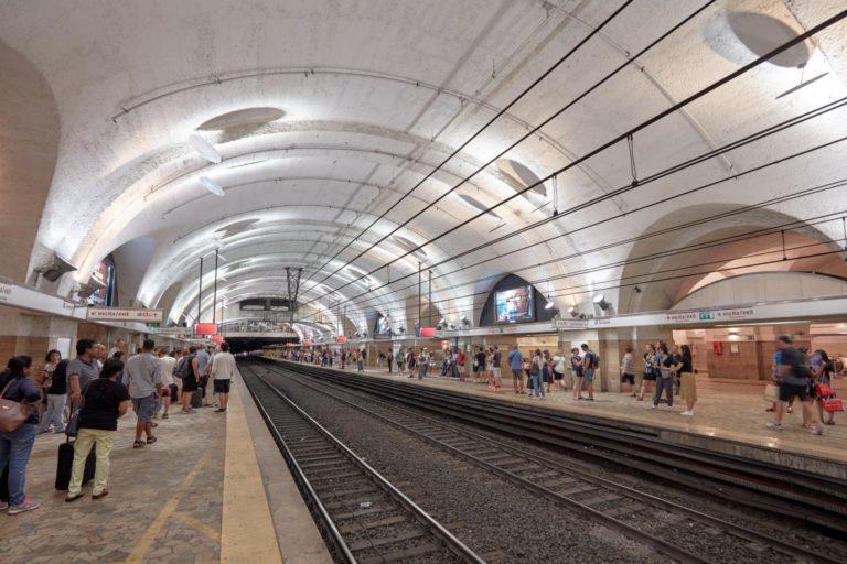 Estações de metrô de Roma receberam equipamento para depositar garrafas plásticas, que viram créditos para usar na compra de bilhetes do metrô. Foto: Bigstock.