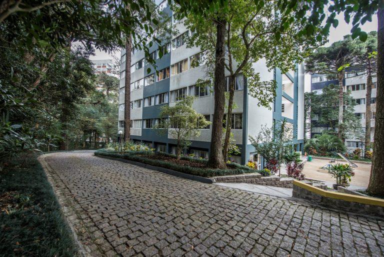 Construído no final da década de 1960, o Parque Residencial Pinheiros trouxe um novo conceito de moradia, com espaços de convivência compartilhados. Foto: Letícia Akemi/ Gazeta do Povo